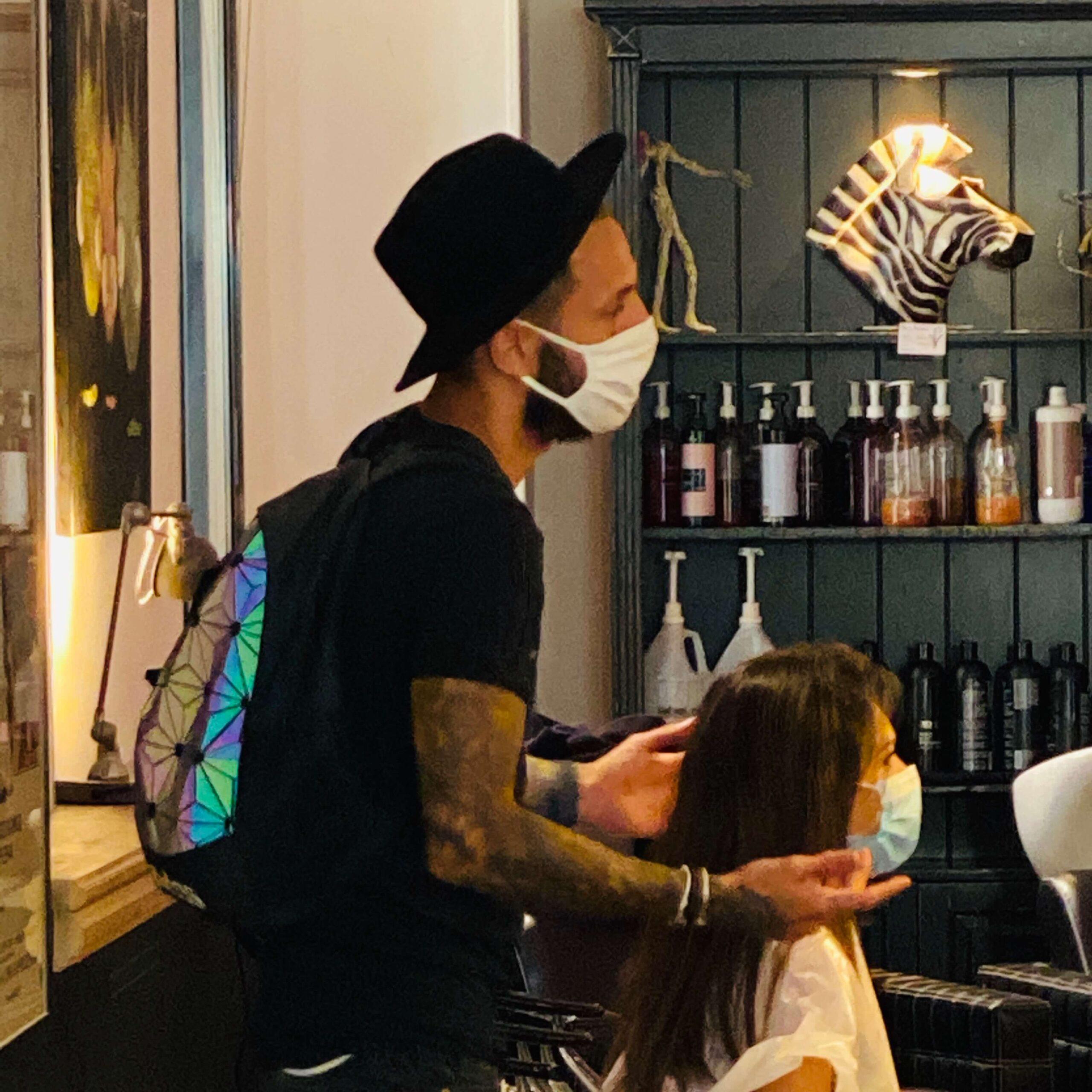 Thibaut donnant un conseil a une cliente venue se faire couper les cheveux